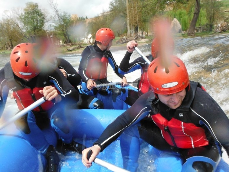 Crossing the rapids of the Tormes in the raft