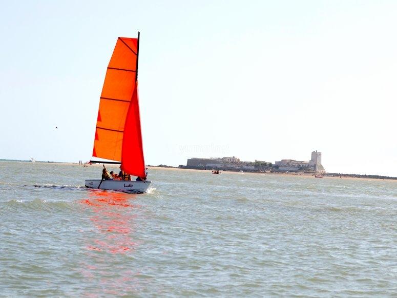 Disfrutando de la calma del mar en vela