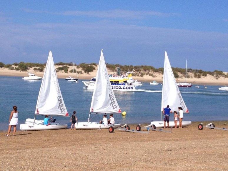 Alumnos de vela frente al mar