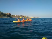 Grupo de kayakistas mostrando las palas
