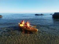 独木舟在岸上休息