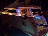 Yate en el puerto de noche