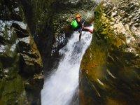 Rápel sobre cascada