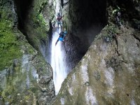 Descendiendo en rápel junto a cascada