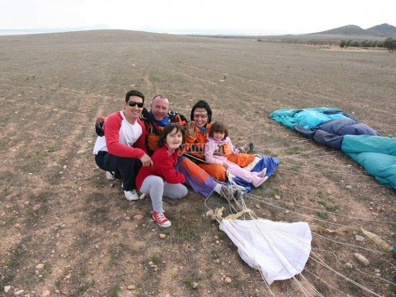 Familia reunida tras el salto en paracaidas en Ontur