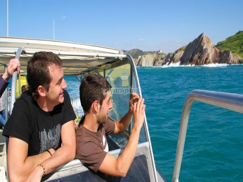 Observando la costa desde el barco