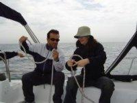 Participa en las maniobras del barco