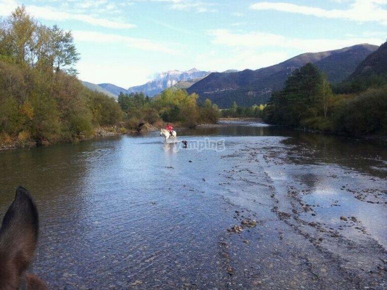 cruzando el rio ara a caballo