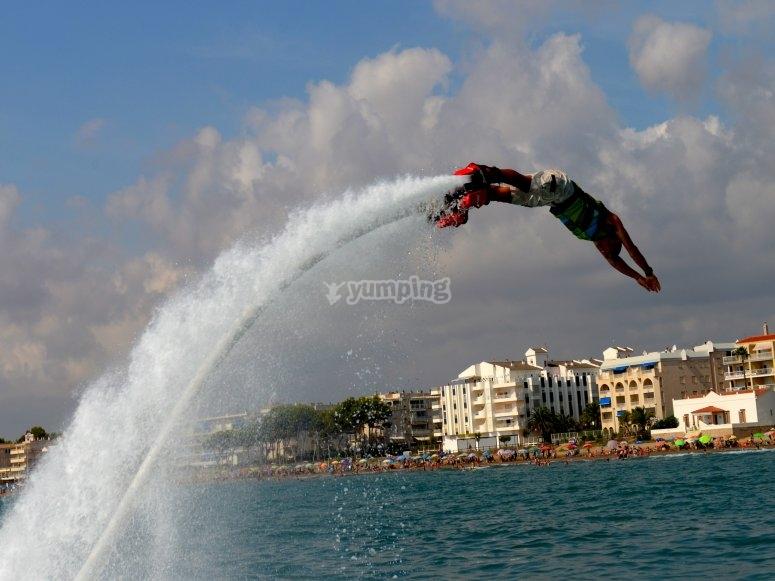 Acrobacia en el aire con flyboard