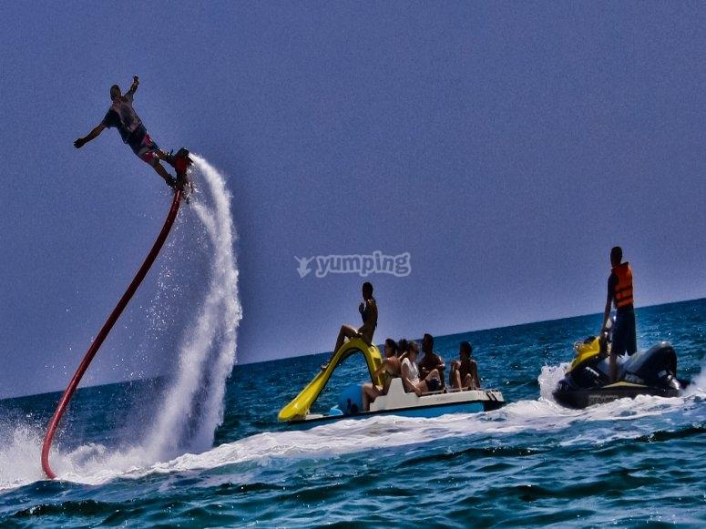 Volando por encima del agua