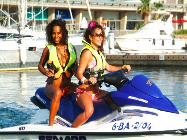 Disfrutando en la moto de agua