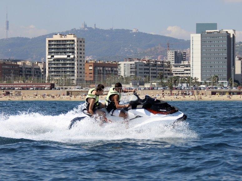 摩托艇游览海岸