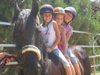 Niños montando en poni
