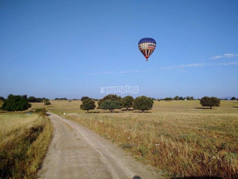 在Villanueva的道路上的气球
