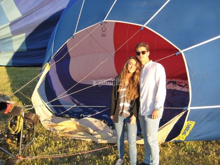 气球准备期间的夫妇