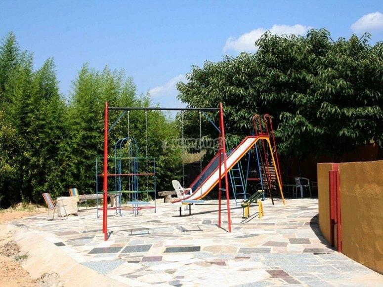 Area ricreativa per bambini e cavalcare con i pony