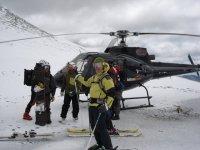 准备迎接直升机直升机Helitrans高山滑雪的滑雪者