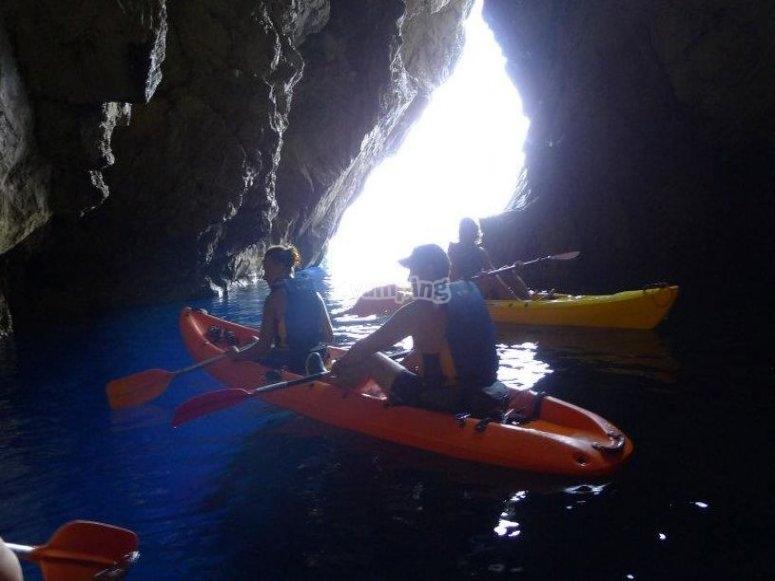 Visitando cuevas en kayak en Menorca