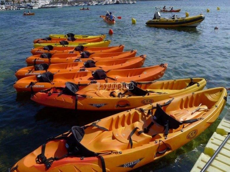 Kayaks preparados para la ruta