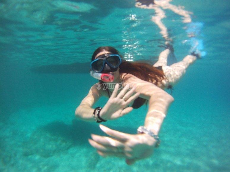 年轻人用浮潜设备