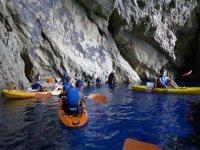 Adentrandonos en la cueva en kayak