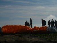 滑翔飞行的折叠通过天空旅行滑翔伞