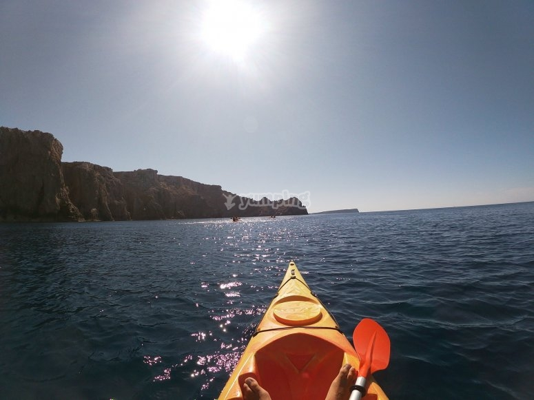 Kayak bajo el sol balear