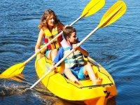Jóvenes a bordo del kayak