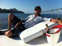 Botella de cava en el barco