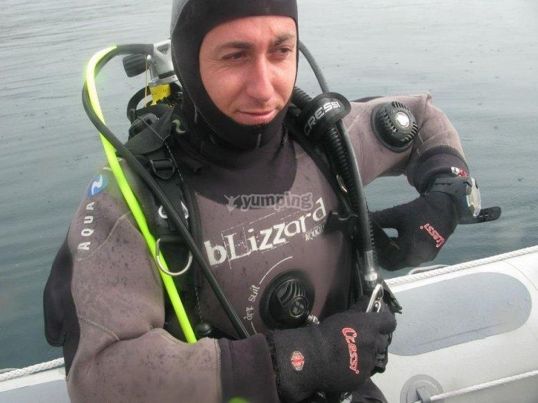 Instructor experto para bautismo de buceo
