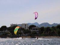 Navegando en el norte de Mallorca con tabla de kitesurf