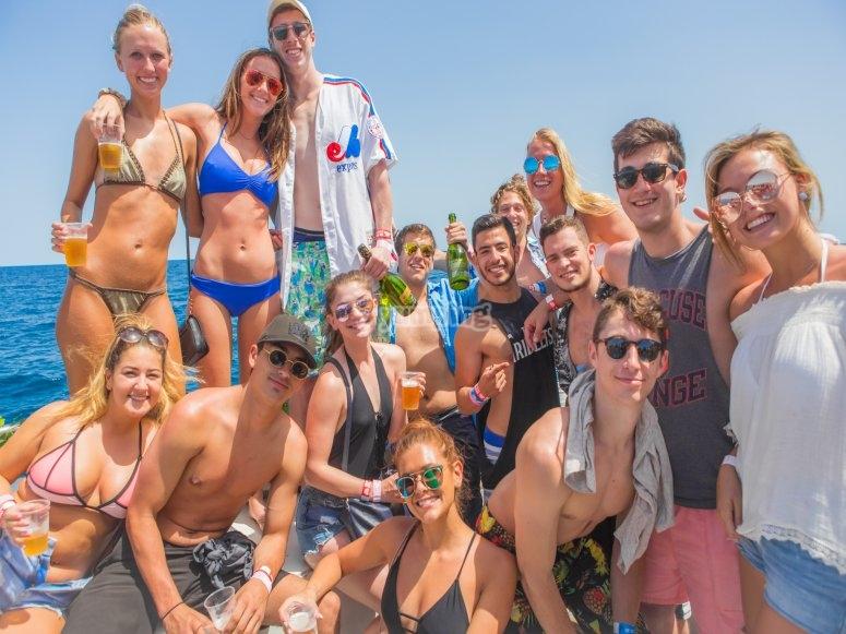 gente fiesta en barco