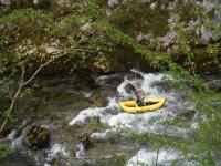 En canoa por aguas bravas