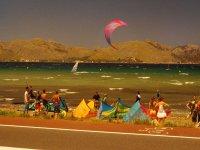 Practicando kitesurf en la bahía de Pollença