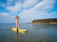 Chica practicando paddle surf Alcudia