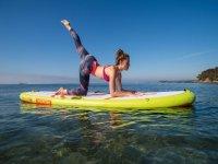 Ejercicios de yoga sobre la tabla