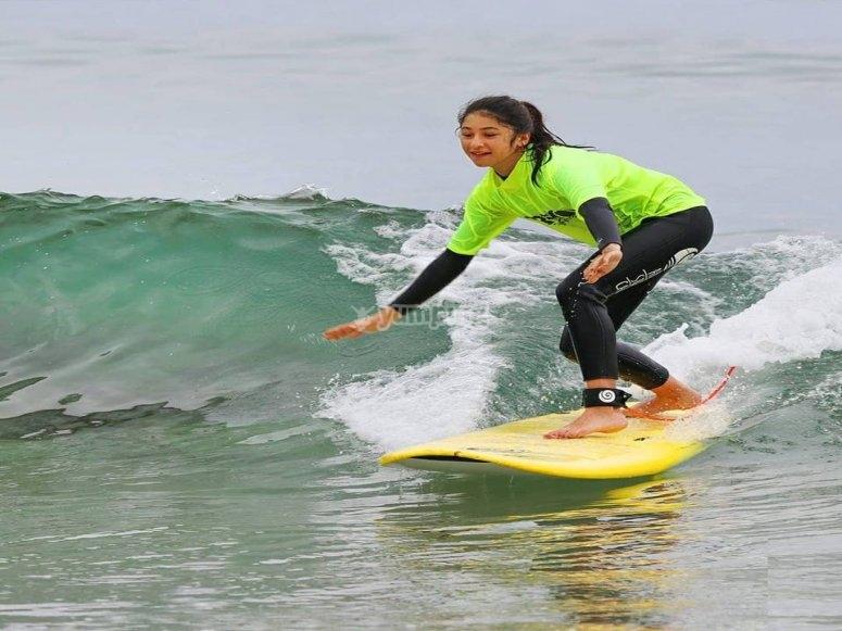 Clases de surf para menores en Carballo