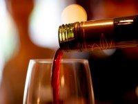 Sirviendo vino en la copa