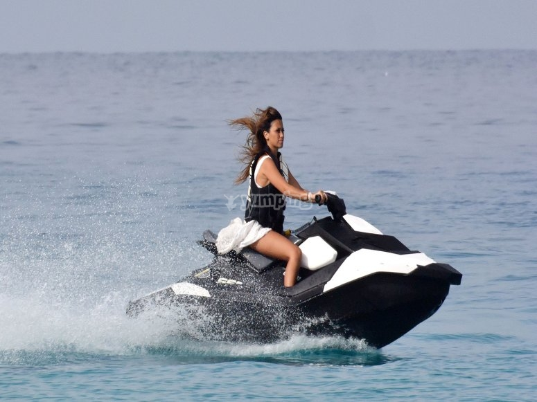 Mujer en moto de agua
