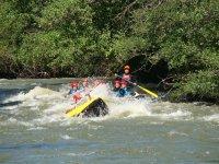 Rafting con canoa delante