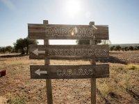 Cartel indicando las zonas del campamento