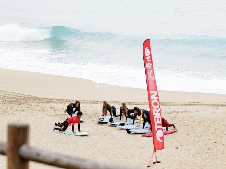 Playa a pocos metros del centro de surf