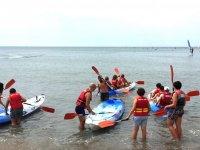 En grupo metiendo las canoas en el agua
