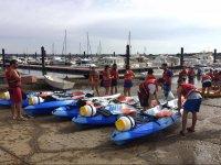 Preparando las canoas para la travesia