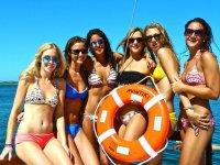 Chicas en bikini navegando