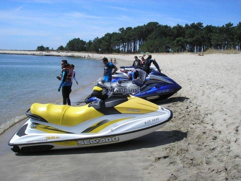 Motos de agua en la playa