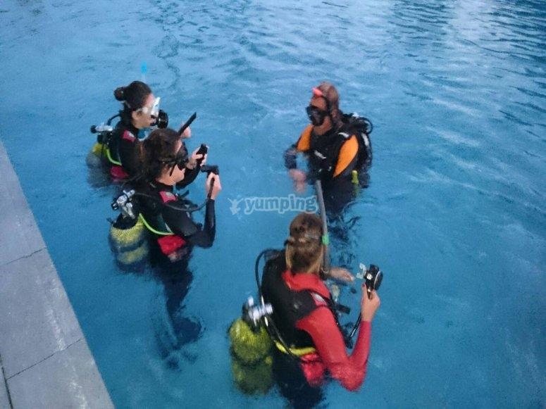 Inmersion de buceo en piscina