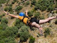 Salto de puenting con casco azul
