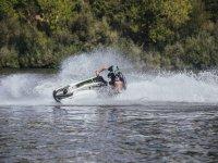Girando con la moto de agua