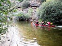 Canoe lungo de la ribera